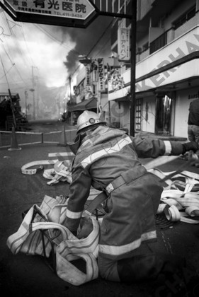 mhc-ghe 195 b2-14   The scale of the fires and the destruction of the water system fequently ment that only one firefighter could be assigned to a fire that might normally have 40 or 50 firefighters attending.   Keywords: kobe, earthquake, firefighter, hoses, fire, protective clothing, japan