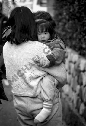 mhc-ghe 195 b2-19   Mothers found themselves holding on to young children who were bewidered and scared.   Keywords: kobe, earthquake, mother, daughter, child, hug, protect