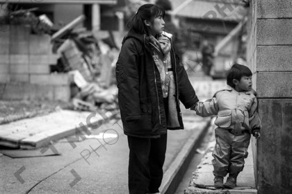 mhc-ghe 195 b6-5   Bewlidered parents and children watched as emergency services tried their best to rescue trapped people and deal with fires.   Keywords: kobe, earthquake, japan, mother, child, holding hands
