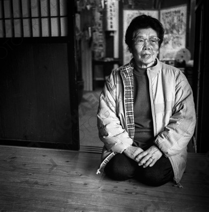 """mhc-ghe 105 b18-7   Survivor of the Kobe Earthquake - 10 years on. Taniguchi-san: """"I ran straight out of the house. It was dark. I took refuge straight away in the local centre. At about 9am the fires started. Total destruction.""""   Keywords: kobe, earthquake, japan, survivor, tatami, Taniguchi-san"""